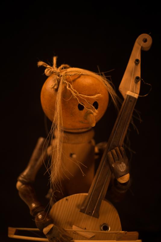 Esse bonequinho tem cerca de 40 cm de altura e toca com Rubem em suas eventuais apresentações musicais.