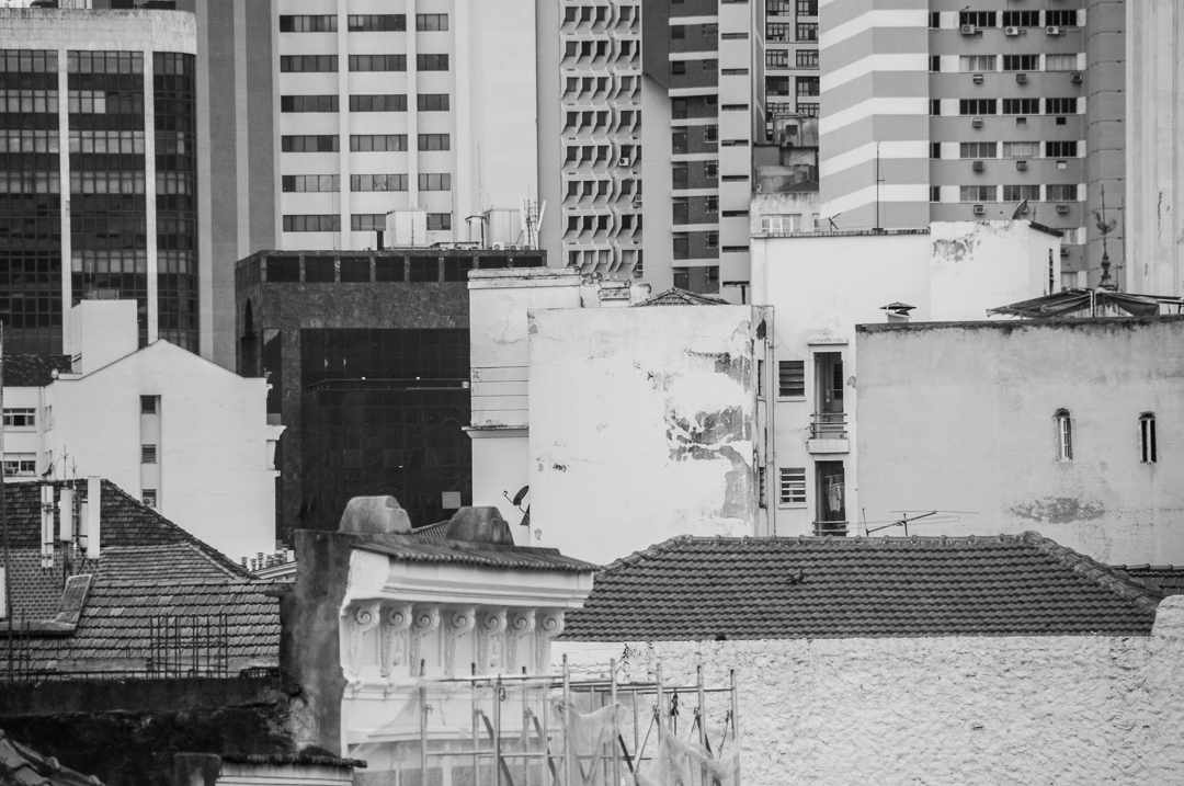 Colagem de fotos dos centros de Rio e São Paulo. Quem é quem? A Selva de Pedra e a Cidade Maravilhosa, no que tange à contribuição humana para a paisagem, encontram-se no caos urbanístico e na falta de critério construtivo.